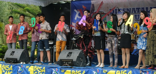 They finished by singing Happy Birthday (HUT = Hari Ulang Tahun = Birthday) to our school.